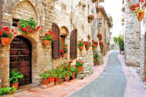Rua com flores em beco na Itália.