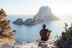 Turista observando vista em rocha na Ilha de És Vedrà, Espanha.