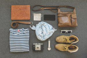 Kit de vestuário para turistas na Europa.