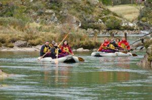 Grupo pratica rafting em rio de Ushuaia.