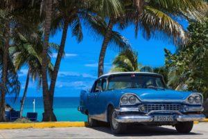 Carro antigo cubano em frente ao mar de Varadero.